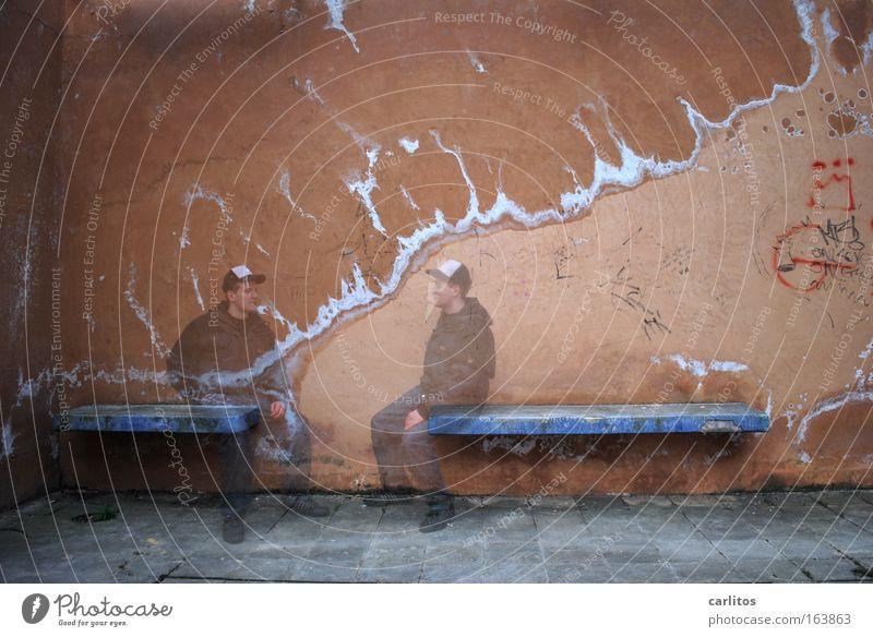 Selbstgespräch Mensch Mann Jugendliche blau Stadt ruhig sprechen Wand Stein Mauer Park Denken Zufriedenheit braun Erwachsene
