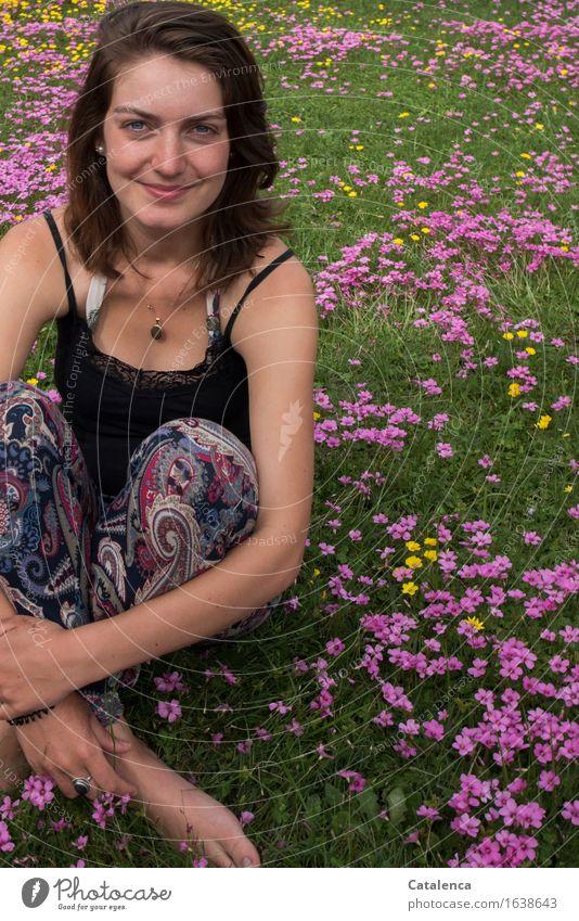 Pinke Blümchen feminin Junge Frau Jugendliche 1 Mensch 18-30 Jahre Erwachsene Natur Pflanze Blume Blüte Kleeblüte Garten Blumenwiese Blühend Lächeln sitzen