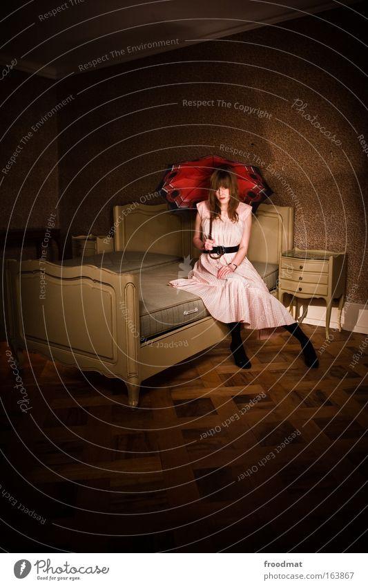 dollhouse Mensch Jugendliche Erwachsene Einsamkeit feminin Stil Mode Kunst braun blond Angst rosa elegant sitzen Frau Trauer
