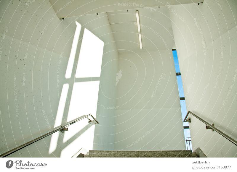 Treppauf Treppe Treppenhaus Gebäude Wand Geländer Treppengeländer hell Beton Fensterkreuz Treppenabsatz Bauwerk Halle Eingang Zugang Sommer Himmel Architektur
