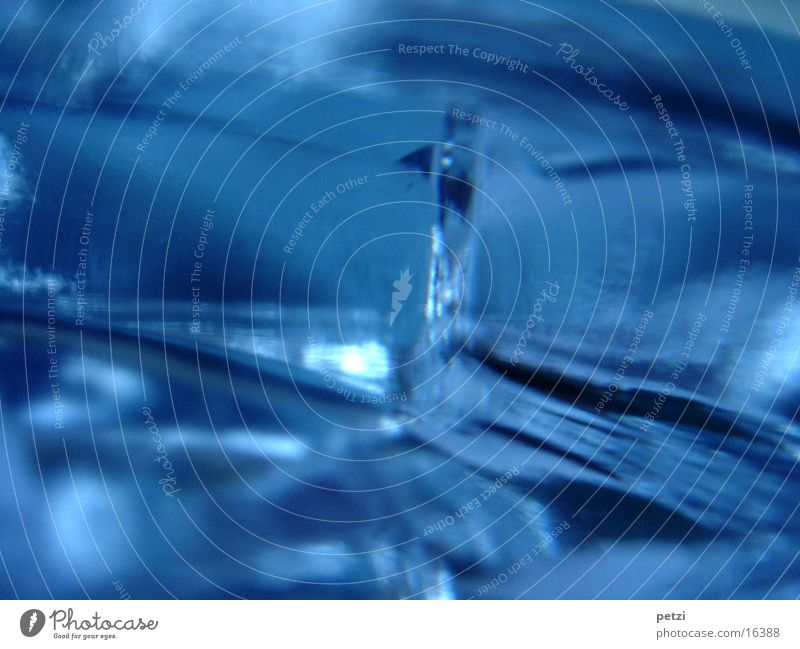 Struktur im Glas blau Glas Glas Küche nah fallen Häusliches Leben Spitze fest außergewöhnlich