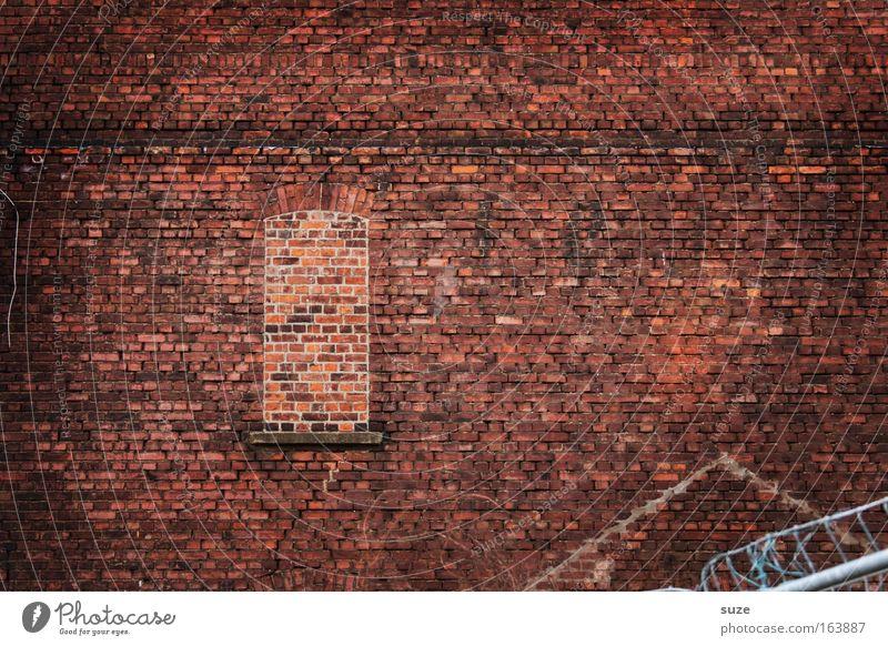 Stein um Stein ... alt rot Einsamkeit Haus dunkel Fenster Wand Mauer Architektur Hintergrundbild Fassade dreckig Häusliches Leben trist authentisch