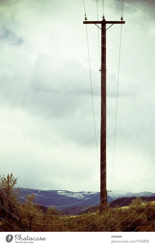 aufrecht Farbfoto Gedeckte Farben Textfreiraum links Tag Technik & Technologie Energiewirtschaft Strommast Elektrizität Kabel Berge u. Gebirge dünn stark