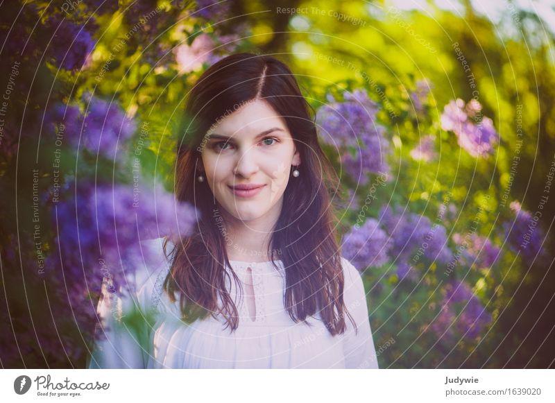 Im Flieder schön Zufriedenheit Mensch feminin Junge Frau Jugendliche Erwachsene 13-18 Jahre 18-30 Jahre 30-45 Jahre Natur Frühling Sommer Pflanze Sträucher