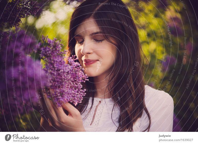 Den Frühling riechen Mensch Frau Natur Jugendliche Pflanze Sommer Junge Frau schön Blume Erholung ruhig 18-30 Jahre Erwachsene Umwelt Lifestyle