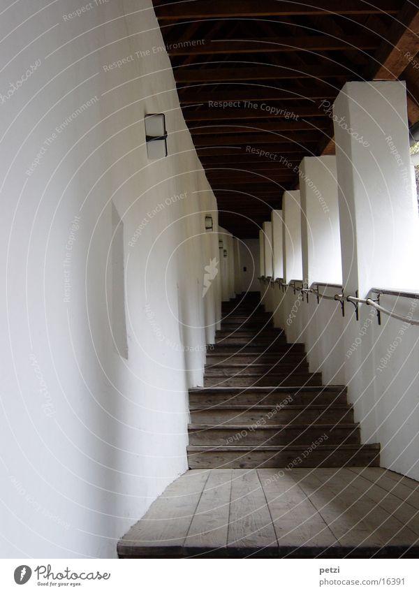 Schloßaufgang Lampe Architektur Treppe Sicherheit Schutz Erwartung Handlaufseil Lichteinfall Holz-Stufen Holzbrett Säule Farbfoto Innenaufnahme Schatten