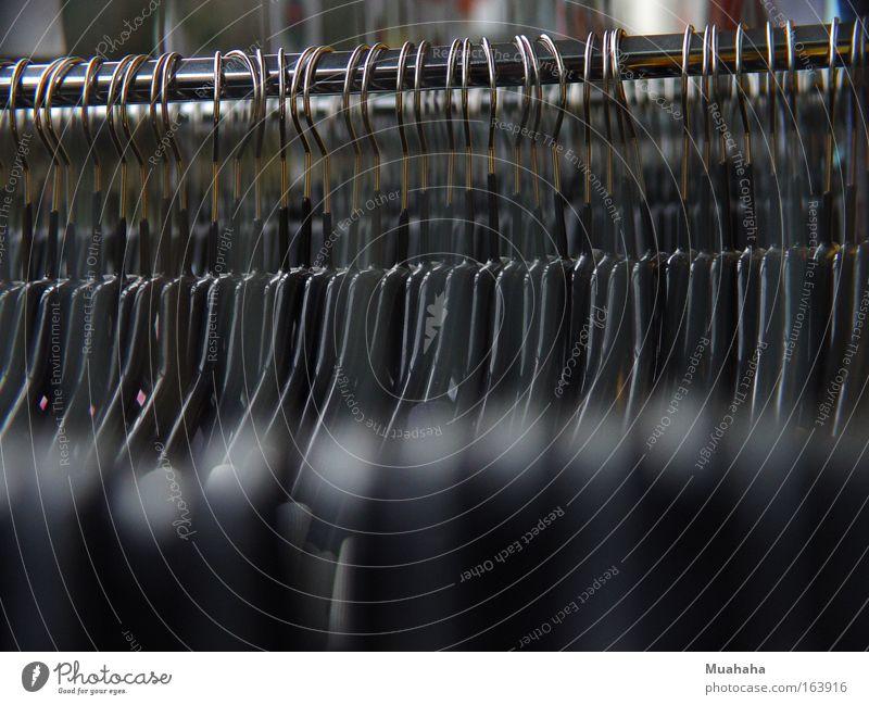 Kleiderbügel Farbfoto Nahaufnahme Detailaufnahme Strukturen & Formen Menschenleer Textfreiraum unten Tag Reflexion & Spiegelung Unschärfe Ordnung Handel