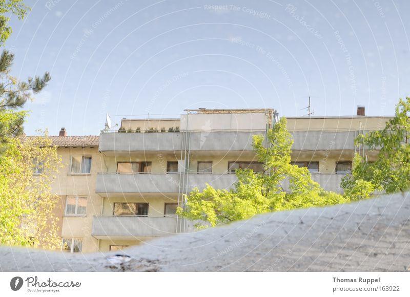 Falsch rum Himmel Baum grün blau Stadt Haus Frühling Wege & Pfade Gebäude hell Architektur Deutschland Fassade Europa Dach Balkon