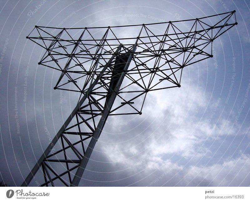 Metall-Kunst-Werk Himmel Wolken Regen Architektur außergewöhnlich Eisenrohr Verbundenheit Verstrebung