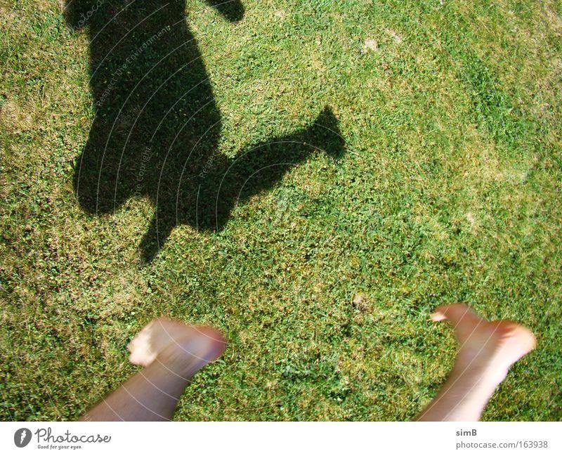 Ich kann fliegen springen Gras Bewegung Glück Fuß Boden Grünfläche