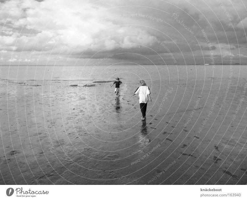 Nordsee Schwarzweißfoto Außenaufnahme Tag Ferne Freiheit Expedition Sommer Strand Meer Mensch Kind Kindheit 2 3-8 Jahre Landschaft Horizont Küste Bewegung gehen