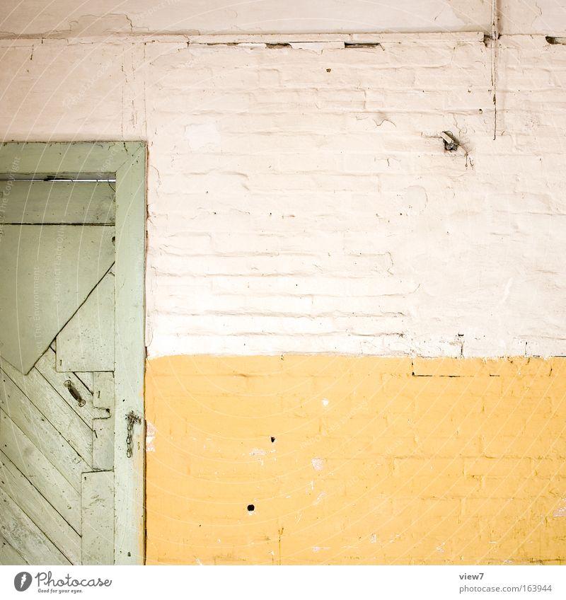 Ende alt weiß grün Haus gelb Wand Holz Stein Traurigkeit Mauer dreckig Tür Beton Zeit Fassade Ordnung