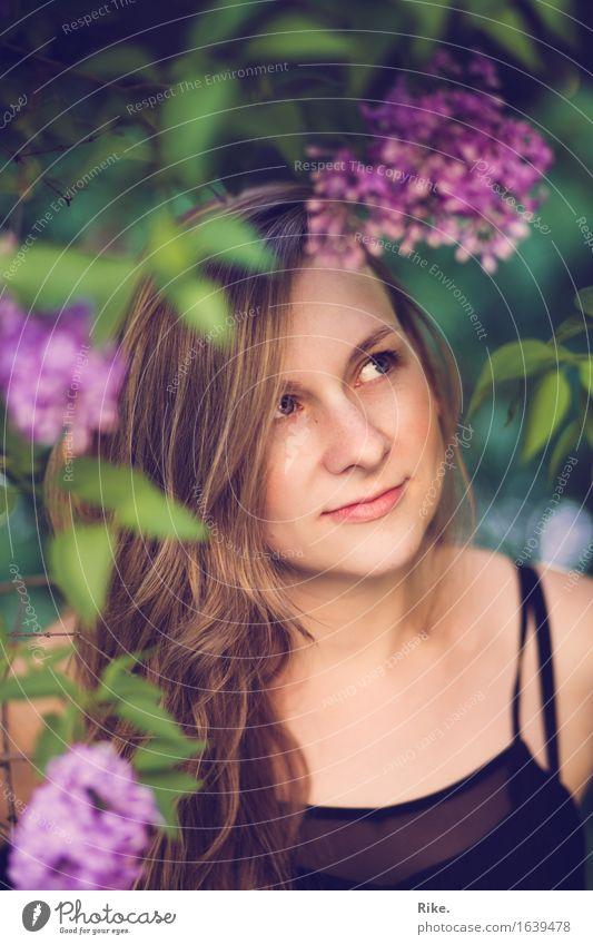 Verwunschen. Allergie Sinnesorgane Mensch feminin Junge Frau Jugendliche Gesicht 1 18-30 Jahre Erwachsene Umwelt Natur Pflanze Sommer Sträucher Fliederbusch