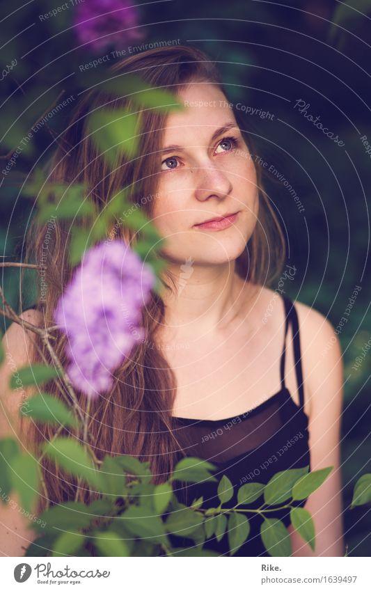 Träumend. Mensch feminin Junge Frau Jugendliche Gesicht 1 18-30 Jahre Erwachsene Umwelt Natur Pflanze Frühling Sommer Sträucher Fliederbusch blond langhaarig