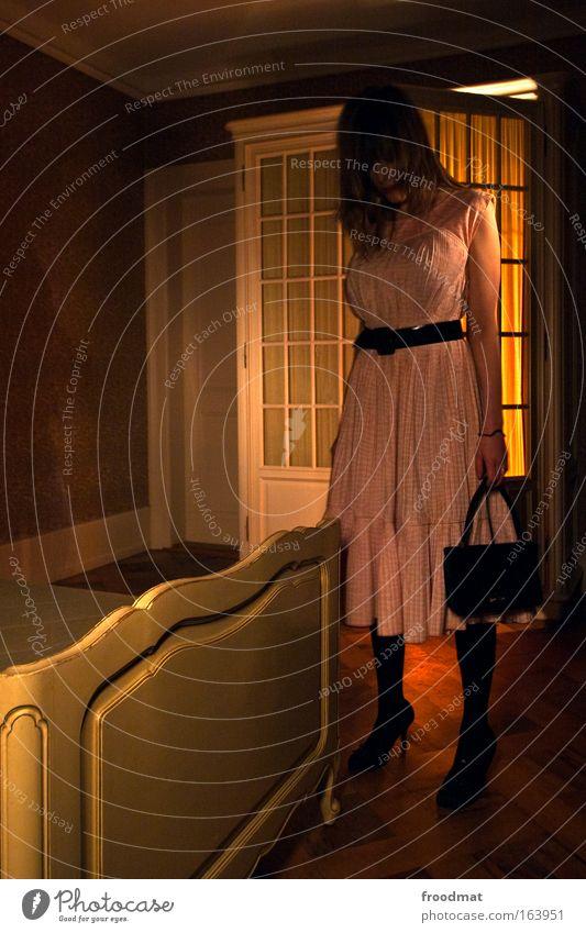 mysterious girl Mensch Jugendliche schön Erwachsene feminin elegant außergewöhnlich stehen leuchten bedrohlich einzigartig retro Bett Kleid Kitsch 18-30 Jahre