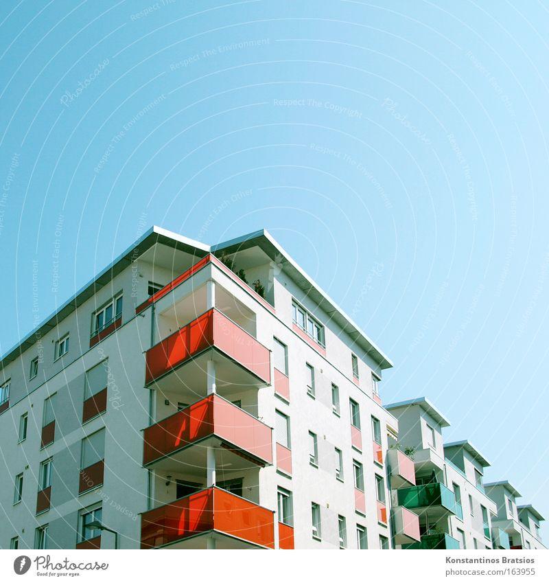 TRIGON CITY blau Stadt rot Haus Fenster orange Fassade Dach Häusliches Leben Balkon Stadtrand Karlsruhe bevölkert Wolkenloser Himmel Mittelstand Neubaugebiet