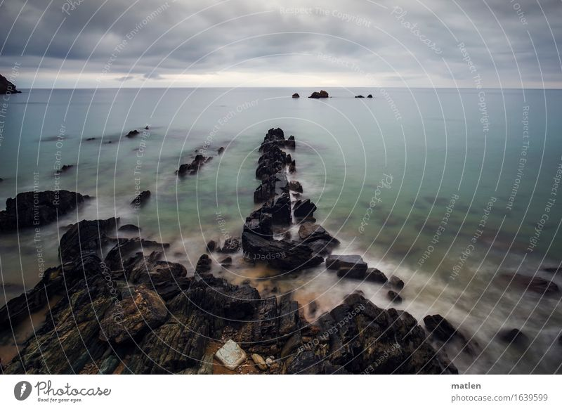 Gestade Umwelt Natur Landschaft Wasser Himmel Wolken Gewitterwolken Horizont Sommer Wetter schlechtes Wetter Felsen Küste Strand Riff Meer dunkel maritim blau