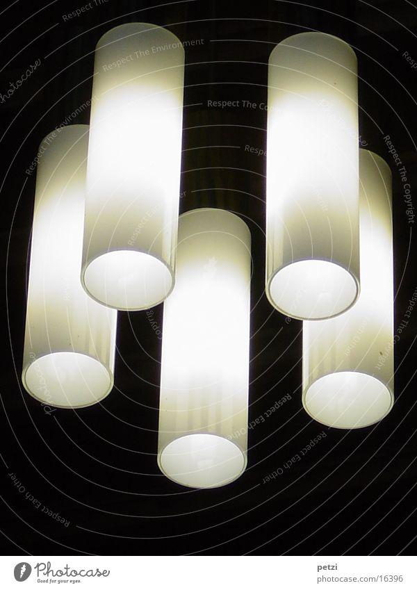 Fünf Lichtröhren Häusliches Leben Lampe dunkel hell Warmherzigkeit 5 Farbfoto Innenaufnahme Textfreiraum unten Froschperspektive