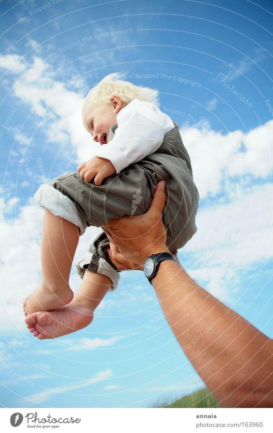 learning to fly Farbfoto Außenaufnahme Sonnenlicht Weitwinkel Ganzkörperaufnahme Profil Sommer Kind Baby Kleinkind Vater Erwachsene Familie & Verwandtschaft