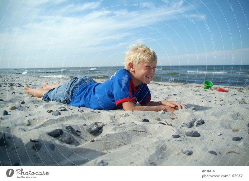 Ich lach mich schlapp. Farbfoto Außenaufnahme Sonnenlicht Weitwinkel Porträt Ganzkörperaufnahme Halbprofil Sommer Sommerurlaub Strand Meer Wellen Junge Kindheit