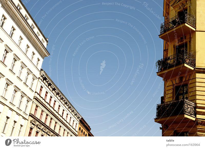 blue sky Farbfoto Außenaufnahme Menschenleer Textfreiraum oben Textfreiraum unten Textfreiraum Mitte Tag Sonnenlicht Froschperspektive Zentralperspektive