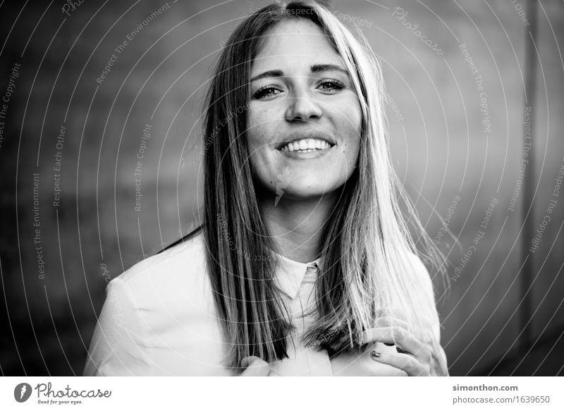 Portrait Mensch schön Erholung ruhig Freude Gesicht Leben feminin Lifestyle Gesundheit Glück Haare & Frisuren Business Zufriedenheit Erfolg Fröhlichkeit