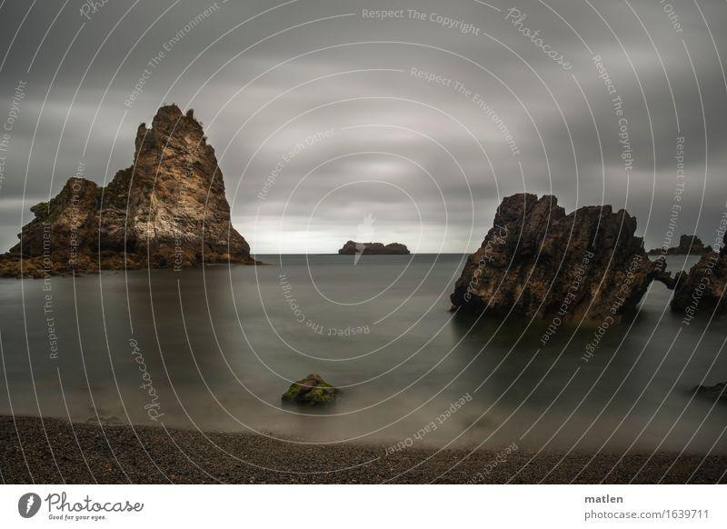 düster Natur Landschaft Wolken Horizont Sommer Wetter schlechtes Wetter Felsen Küste Strand Meer Menschenleer dunkel eckig braun grau grün weiß bizarr Farbfoto