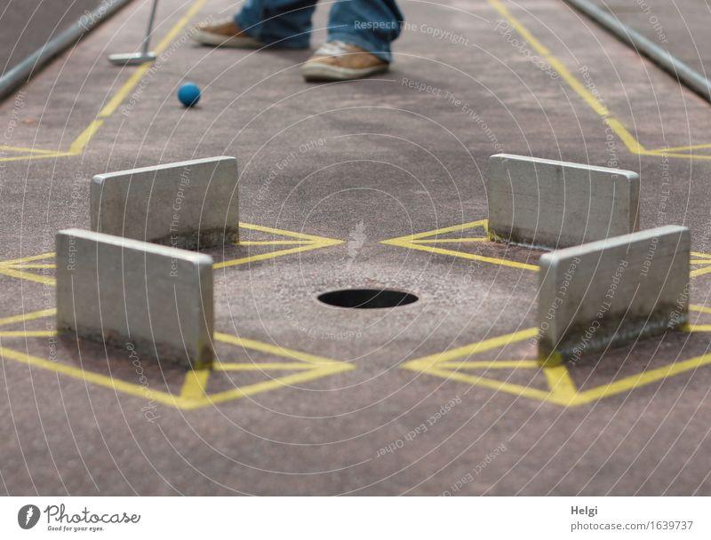Sommerfreizeitspaß Freizeit & Hobby Spielen Minigolf Minigolfschläger Ball Mensch Fuß 1 18-30 Jahre Jugendliche Erwachsene Hose Turnschuh Beton Metall