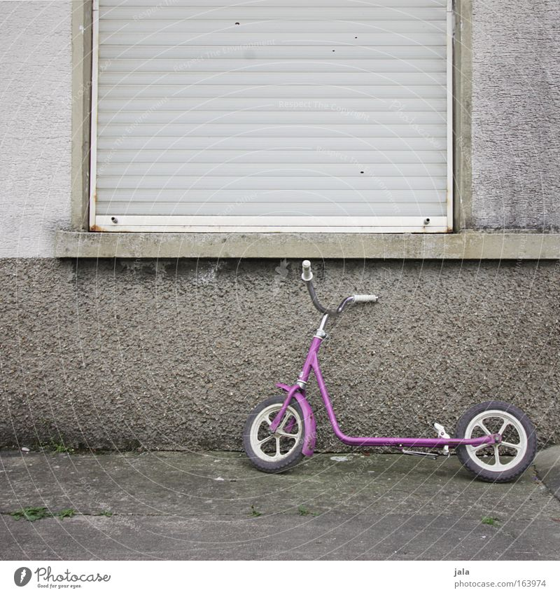 Hausarrest Fenster Angst rosa Fassade Spielzeug Kindheit Vorsicht Kriminalität Kindererziehung Tretroller bestrafen Entführung