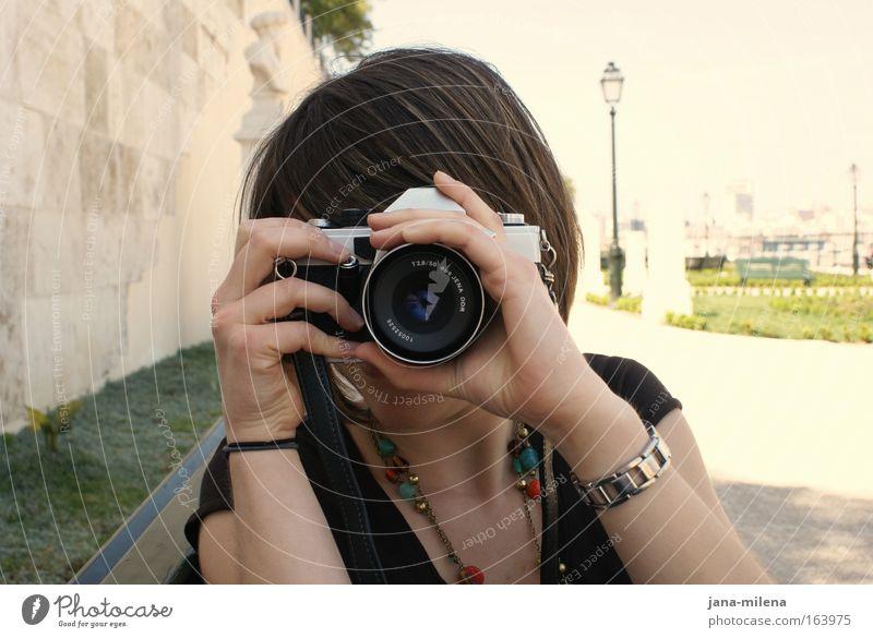 Lisbon Stories Mensch Frau Jugendliche Sommer Junge Frau Hand 18-30 Jahre Erwachsene Wand feminin Mauer Haare & Frisuren Kopf Park Freizeit & Hobby Arme