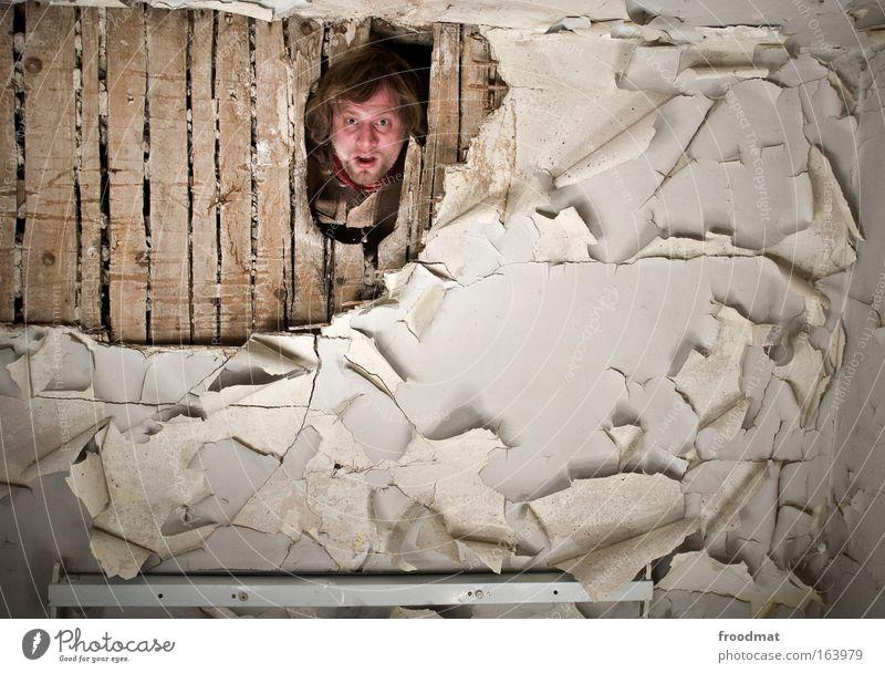 durchbruch Mensch alt Erwachsene Farbe Kopf Raum Wohnung dreckig Innenarchitektur Armut maskulin kaputt Boden Häusliches Leben bedrohlich Vergänglichkeit