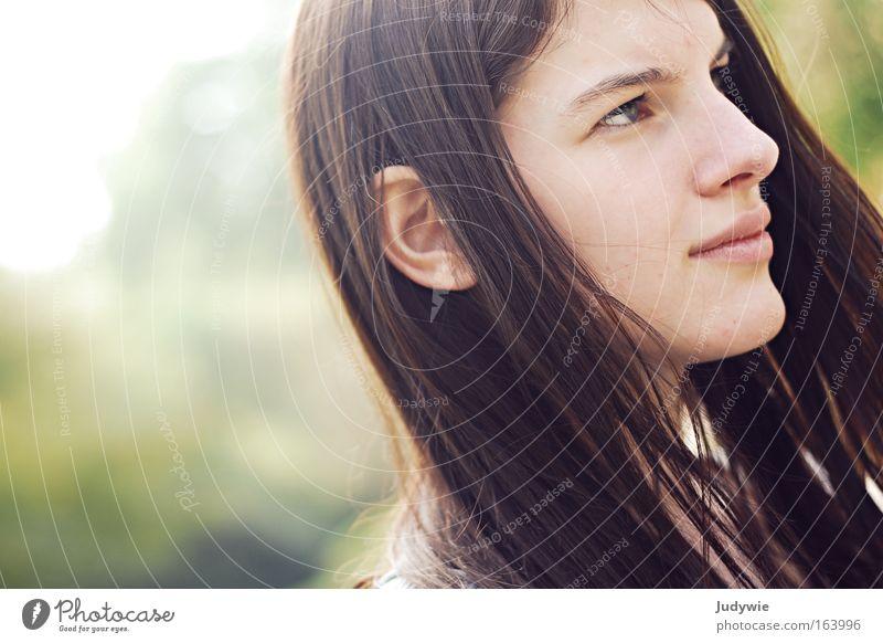 Konzentration. Farbfoto Außenaufnahme Textfreiraum links Tag Licht Sonnenlicht Porträt Profil Blick nach vorn Mensch feminin Junge Frau Jugendliche 1