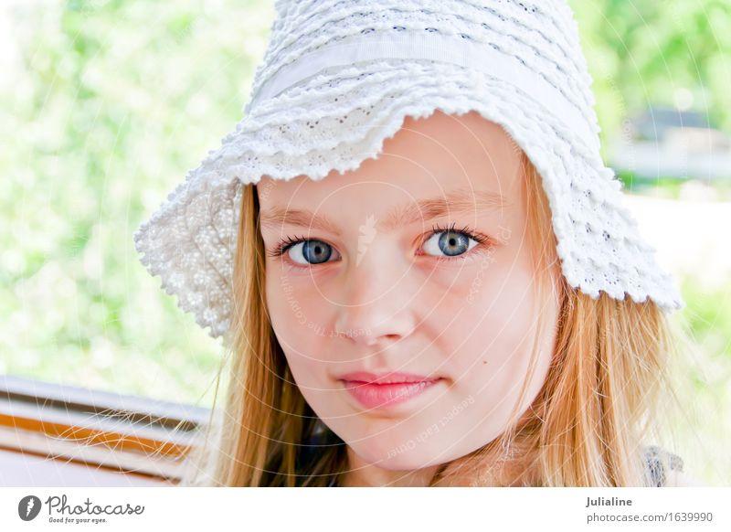 Nettes Mädchen mit großen blauen Augen Kind Schulkind Kindheit 1 Mensch 3-8 Jahre 8-13 Jahre blond weiß Vorschulkind sechs 7 Kaukasier Europäer fünf acht