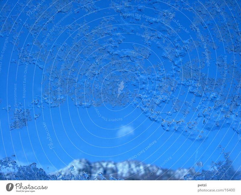 Eisfenster Berge u. Gebirge Himmel Hagel dreckig blau Fensterscheibe Eiskristall gefroren Farbfoto Innenaufnahme Nahaufnahme Menschenleer Textfreiraum oben