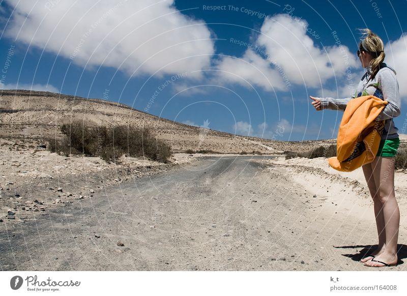 Mitfahrgelegenheit Mensch Jugendliche Himmel blau Sommer Ferien & Urlaub & Reisen Wolken Einsamkeit feminin Stein Wege & Pfade Sand braun warten blond