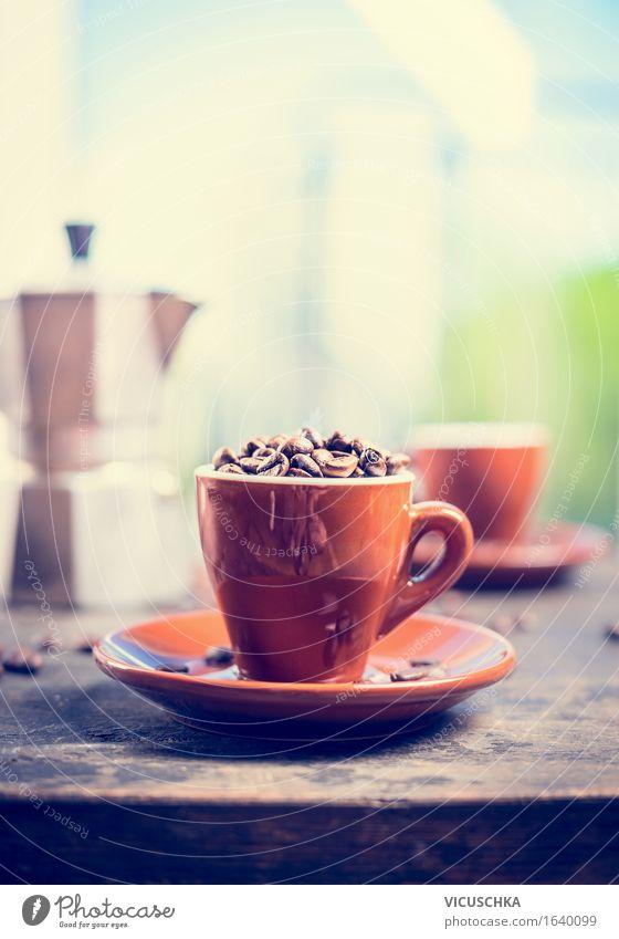 Espressotasse voll Kaffeebohnen auf Küchentisch Natur Fenster Innenarchitektur Stil Lifestyle Lebensmittel Design Häusliches Leben Tisch Getränk Frühstück Café