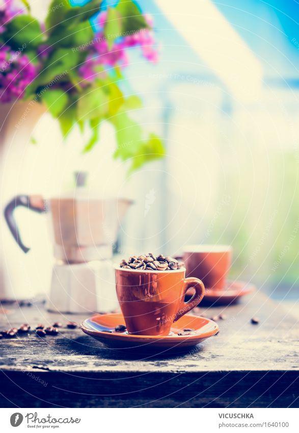 Espressotasse voller Kaffeebohnen auf Küchentisch Himmel Natur Sommer Fenster Stil Lifestyle Garten Lebensmittel Design Häusliches Leben Tisch Getränk