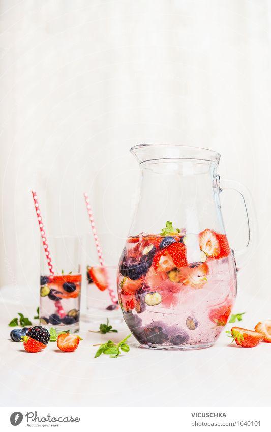 Sommer Detox Getränk mit Beeren Wasser Gesunde Ernährung gelb Leben Stil Gesundheit Lebensmittel Design Frucht Häusliches Leben Glas Tisch Trinkwasser