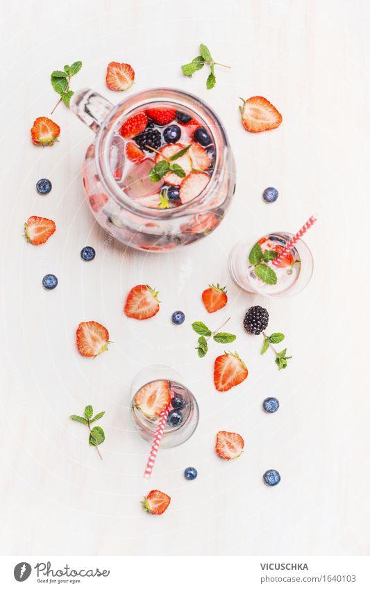 Sommergetränk mit Beeren und Eiswürfeln. Wasser Gesunde Ernährung Leben Stil Lebensmittel Design Frucht Glas Tisch Coolness Getränk Bioprodukte