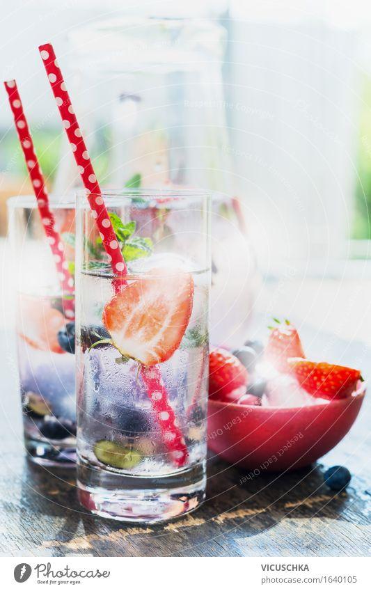 Gläser mit Beeren Limonade , roten Strohhalm und Eiswürfeln Natur Sommer Wasser Gesunde Ernährung kalt Leben Stil Lifestyle Lebensmittel rosa Design Frucht Glas