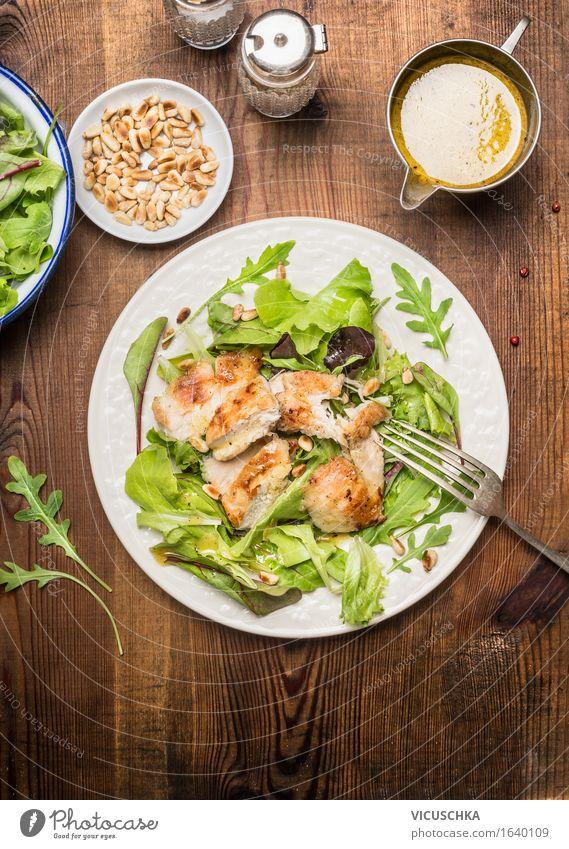 Hähnchen-Salat mit Pinienkernen und Olivenöl -Dressing Gesunde Ernährung Speise Essen Foodfotografie Stil Lebensmittel Design frisch Ernährung Tisch Kräuter & Gewürze Gemüse Bioprodukte Teller Schalen & Schüsseln Fleisch