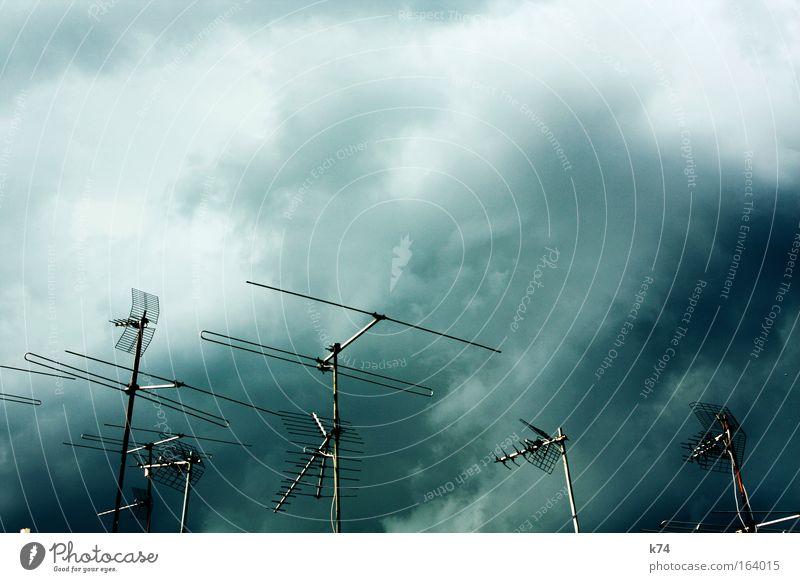 Empfangskomitee Himmel Wolken dunkel Regen Landschaft hell Angst gefährlich Dach Fernsehen bedrohlich analog Gewitter Radio Unwetter Antenne