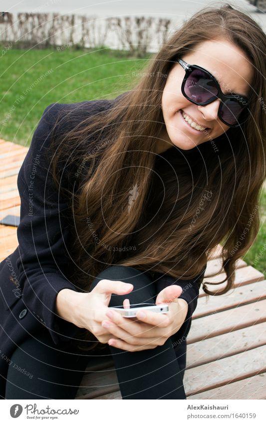 Schöne Geschäftsfrau mit Handy lacht Mensch Jugendliche Stadt schön Sommer Junge Frau Frühling Gefühle lustig natürlich feminin Stil Lifestyle lachen Park