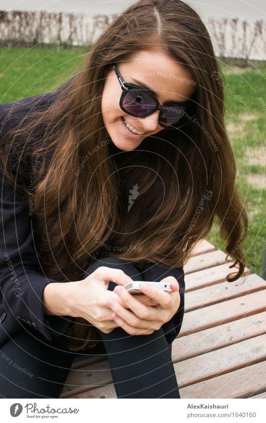 Schöne Geschäftsfrau mit Handy lacht Mensch Jugendliche Stadt schön Sommer Junge Frau Freude 18-30 Jahre Erwachsene Frühling Gefühle Stil Lifestyle lachen