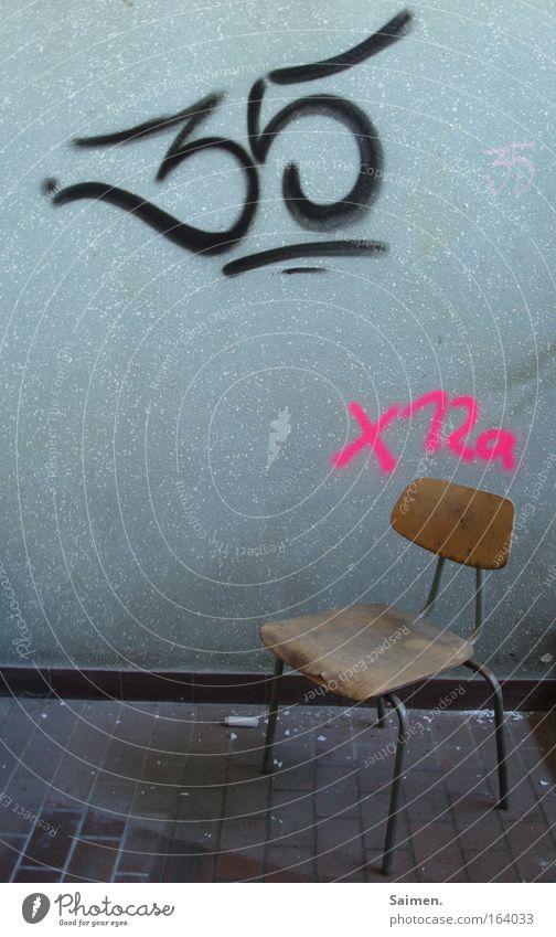 Platznummern alt Einsamkeit Holz Stein Traurigkeit Graffiti Metall Stuhl Schriftzeichen Ziffern & Zahlen Vergänglichkeit Zeichen Verfall Frustration Krise