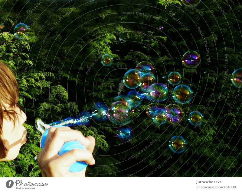 Fliegende Träume Farbfoto Außenaufnahme Textfreiraum oben Freude Freizeit & Hobby Spielen Garten Kind Kopf Hand Frühling Sommer entdecken fliegen Fröhlichkeit