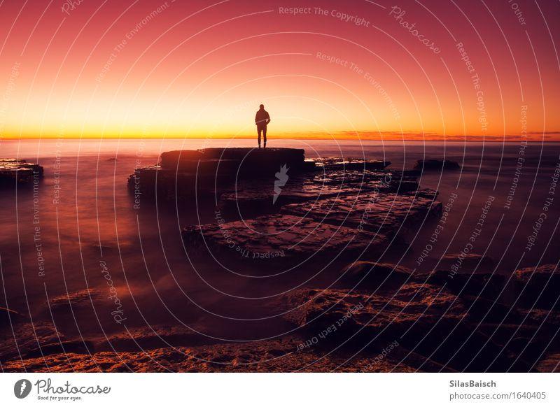 Mensch Ferien & Urlaub & Reisen Jugendliche Sommer Sonne Meer Junger Mann Strand Ferne Küste Lifestyle Freiheit Felsen Tourismus Wellen Erfolg
