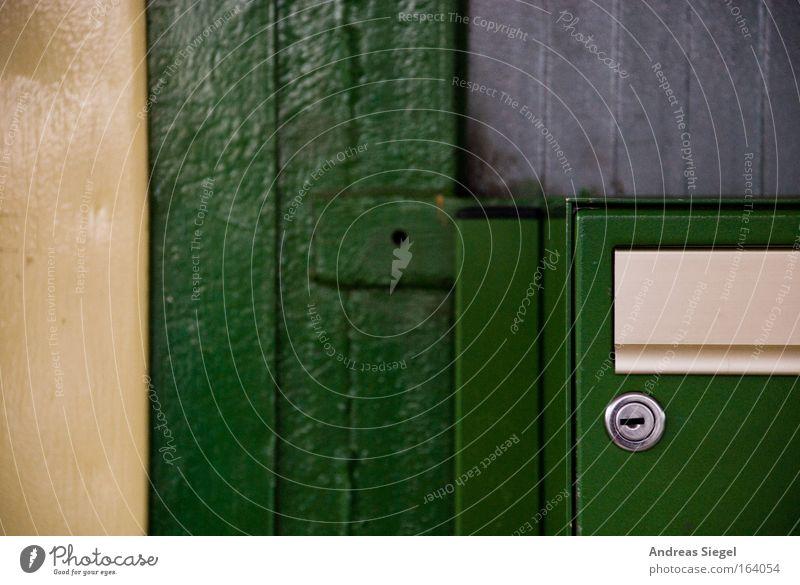 Sie haben (keine) Post Farbfoto Detailaufnahme Menschenleer Textfreiraum links Mauer Wand Briefkasten Schloss Kommunizieren schreiben gold grau grün Tag