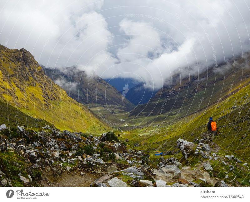 Ausblick auf das neblige Tal, Salkantay-Trek, Peru Mann Erwachsene Umwelt Natur Landschaft Urelemente Erde Luft Himmel Wolken Sonnenlicht Wetter Wind Nebel Gras