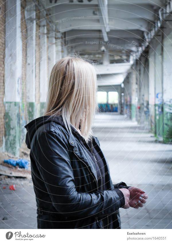 Geräusch Mensch Frau Jugendliche Junge Frau dunkel 18-30 Jahre Erwachsene Wege & Pfade feminin Haare & Frisuren warten bedrohlich Neugier entdecken Fabrik hören